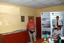 PŘEDNÁŠKA o fotovoltaických systémech se konala v prostorách chebské firmy Elektro Euron. Na snímku vlevo je Radovan Liďák, který přednášku připravil.