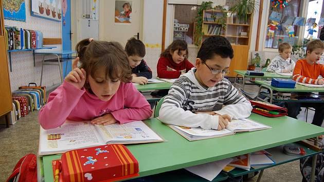 HODINA ČTENÍ ve Skalné připomíná spíš hudební výchovu. Novou metodou Sfumato se naučila číst i Nikola Gracias.