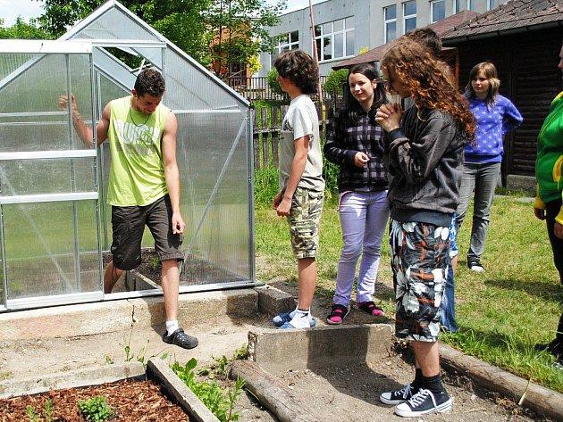 Školáci z Hranic kolem školy vytvořili dendrologickou stezku a na zahradě bylinkový záhon a malý skleník.