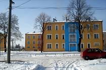Opravený panelový dům v Milhostově