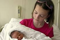 ADÉLA SCHMIEDOVÁ se poprvé rozkřičela v sobotu 11. dubna ve 23.20 hodin. Na svět přišla s váhou 2600 gramů a mírou 47 centimetrů. Tatínek Roman, desetiletá Andrejka a šestnáctiletý Adam se v Aši těší na návrat maminky Aleny a malé Adélky.