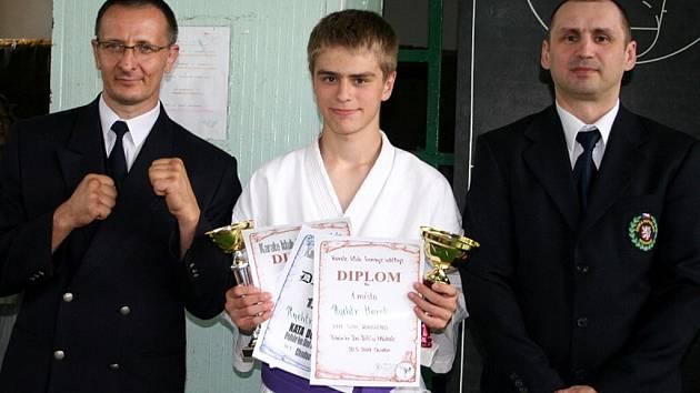 Marek Rychtr z Mariánských Lázní (uprostřed) si vedl skvěle na závodech v Chodově. Spolu s ním fungovali na soutěži jako rozhodčí jeho trenéři Robert Csekés (vlevo) a Radomír Malinovský.