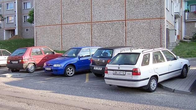 I takto musí řidiči parkovat na chebském sídlišti Zlatý vrch