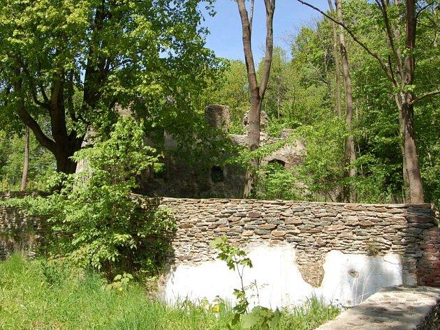 V Podhradí se mohou chlubit i chráněným krajinným prvkem. Je jím zřícenina sídla rodu Zedwitzů. Hláska, zbylá po loupeživých rytířích a pivní sklepy.