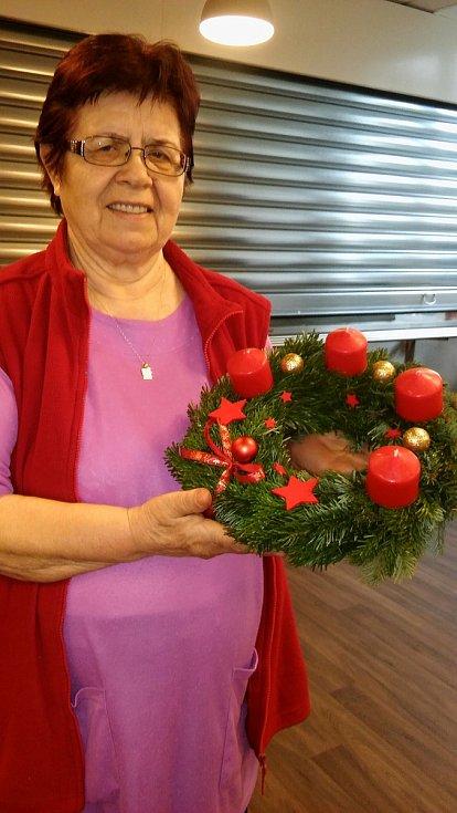 Adventní věnce, vánoční svícny a mnoho dalšího vyrobili učňové oboru Zahradník při Integrované střední škole Cheb v hodinách floristiky pro klienty Domova pro seniory na chebském sídlišti Skalka.