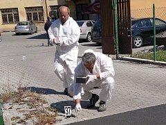 NA MÍSTĚ ČINU, v chebské ulici Osvobození bylo několik policistů a vyšetřovatelů.