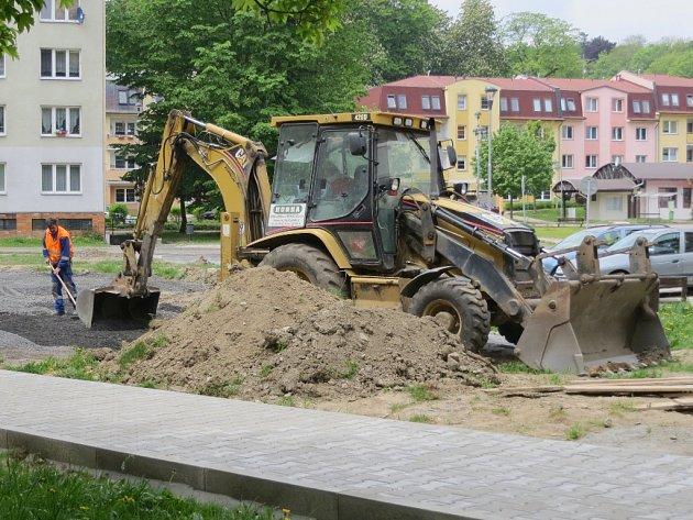 NA AŠSKÉM sídlišti se v těchto dnech pohybuje těžká technika. S její pomocí se revitalizuje okolí panelových domů.