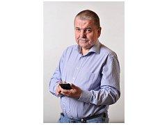 TAK JAKO SI RÁD Petr Horký hraje s GPS navigací při geocachingu, tak také musí často ´kamarádit´ s mobilním telefonem.