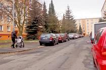 NA CHEBSKÉM SÍDLIŠTI Spáleniště se momentálně parkuje, kde se dá. Řidiči mají k dispozici jen 258 parkovacích míst na 745 bytových jednotek.