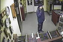 Neúspěšný lupič přepadl v pátek odpoledne zlatnictví v Chodově na Sokolovsku. Chtěl předvést zlaté náramky, majiteli obchodu pak nastříkal do obličeje pepřový sprej a chtěl i se zlatem utéct. Prodejce mu ale tablo dokázal vytrhnout.