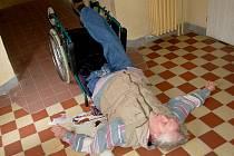 INVALIDNÍ DŮCHODCE Jaroslav Nedorostek se při demonstraci bezbariérového přístupu v domě s pečovatelskou službou převrhl se svým vozíkem. Naštěstí vyvázl bez zranění.