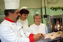 Jak  vařit správně za pomoci konvektomatu  ukazuje kuchařkám  chebské mateřské školy Pohádka Iloně Hanušové  a Petře Chrastilové  (zprava) školící šéfkuchař Hermann Salzer.