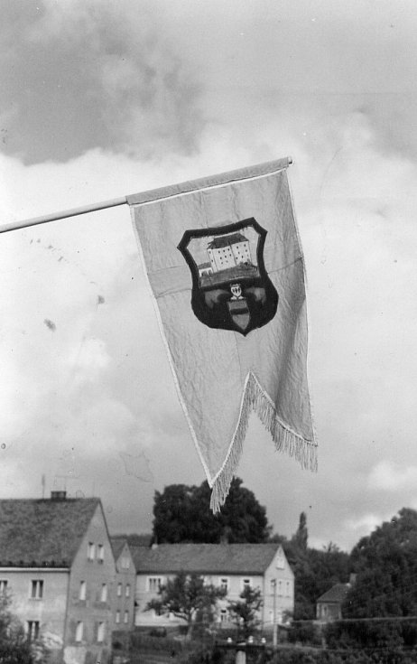 Archivní fotografie z pokusu o záchranu hradu Vildštejn v osmdesátých letech.