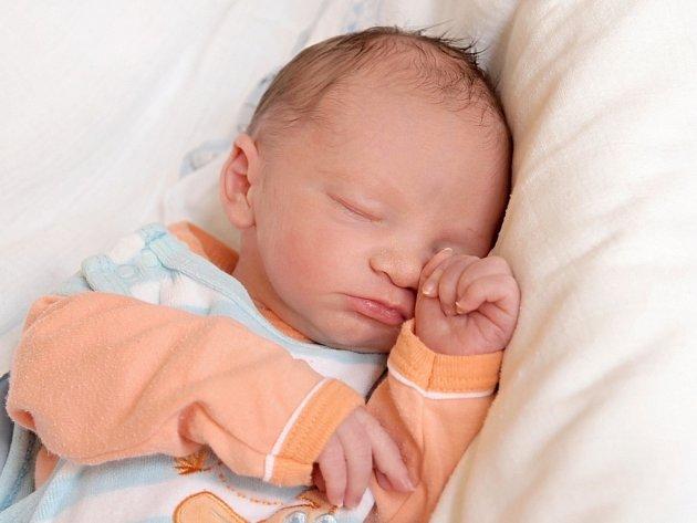 SAMUEL PAŠAVA přišel na svět ve středu 17. září v 16.30 hodin. Při narození vážil 3 080 gramů a měřil 49 centimetrů. Doma v Chebu se z malého Samíka těší bráška Dominik, maminka Nikola a tatínek Michal.