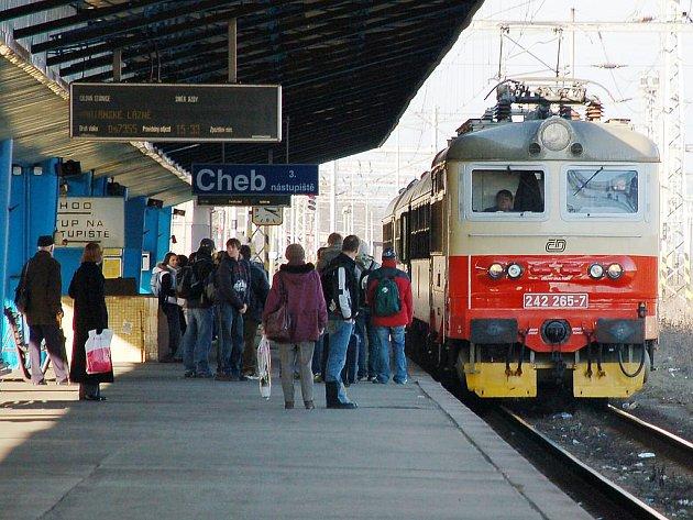 Vlaky z Chebu do Lubů by mohly přestat jezdit, alespoň taková je představa státu. Pomocnou ruku naštěstí podala soukromá společnost. Pozadí pomoci je ale podivné.
