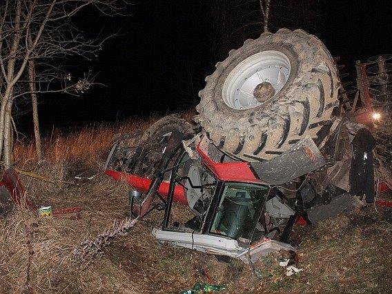 TRAKTOR MASSEY FERGUSON, který váží kolem devíti tun, skončil po nárazu osobního automobilu u Dolního Žandova v příkopu.