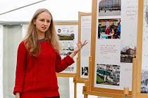NA FESTIVALU OŽIVME PRAMENY je k vidění například výstava o zaniklé obci Výškovice architektky Kláry Salzmann (na snímku jedna z organizátorek Nikola Macháčová).