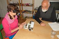 PSANÍ BRAILLOVÝM PÍSMEM si na soutěži v Chebu vyzkoušela i maminka nevidomé Lenky Bukóciové z Lokte (vlevo).