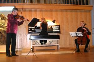 PAVEL HŮLA, MICHELLE HRADECKÁ, MARTIN SEDLÁK (zleva) zaujali pozornost chebského publika.