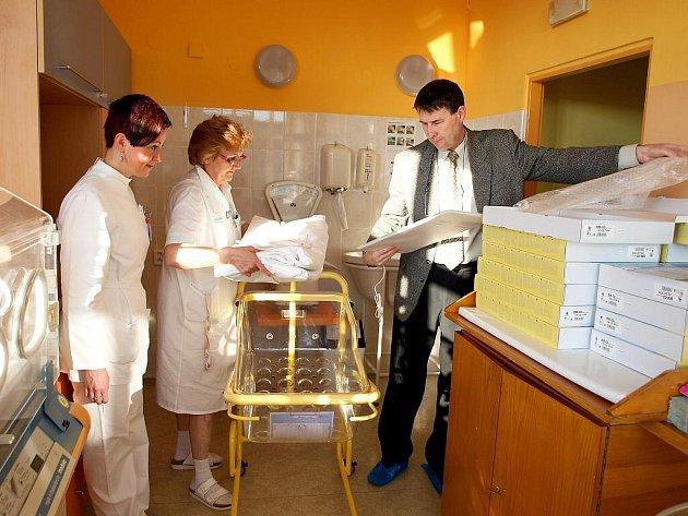 Petr Fráňa (na snímku), který chebské nemocnici daroval patnáct monitorů dechu pro novorozence, dal hned jeden přístroj do postýlky a zapojil.
