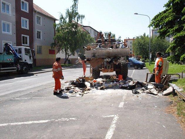 Pracovníci Chebských technických služeb uklízeli ve městě nepořádek, který vznikl při železných nedělích