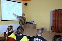 PRINCIPY ZEMĚTŘESENÍ vysvětloval včera v chebském infocentru všem zájemcům RNDr. Tomáš Fischer  z Karlovy univerzity v Praze.