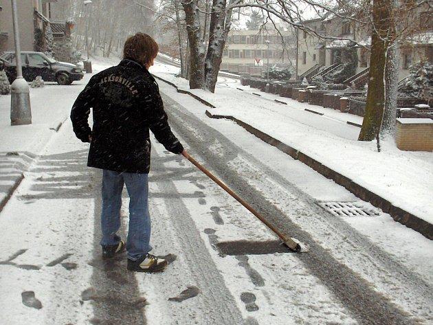 JARO? NE, JEŠTĚ SE O SLOVO PŘIHLÁSILA ZIMA. Sníh překvapil i přes varování meteorologů většinu řidičů na Chebsku. Lidé museli vytáhnout lopaty, a uklidit sníh před svým domem.