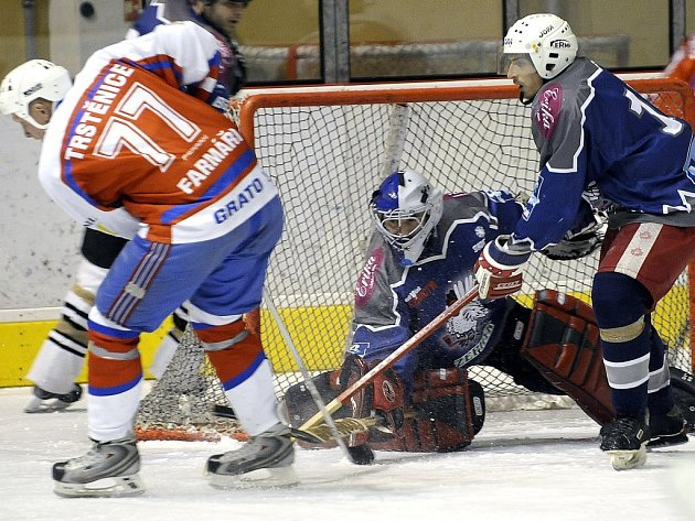 HOKEJISTÉ Trstěnic odehráli další zápas  KP 2, tentokrát na ledě Tachova. Už po první třetině vedli nad domácími 3:1 a po bezgólové druhé třetině dotáhli zápas do vítězného konce.