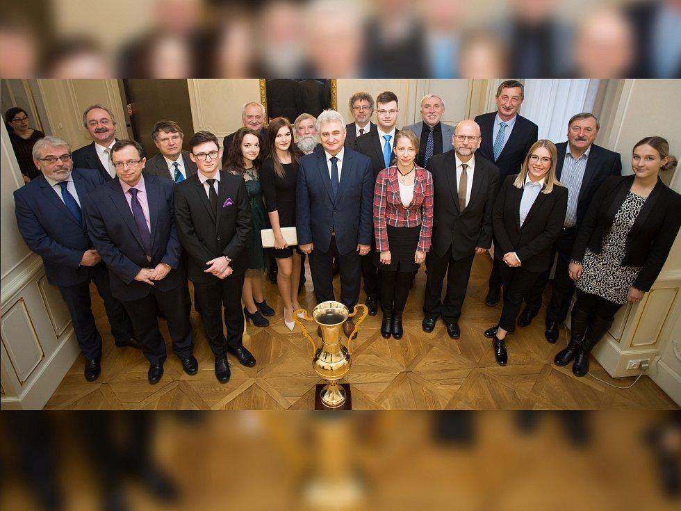 Zástupci realizačního týmu, vítězů a vedení Senátu a slavný fotbalista Antonín Panenka.