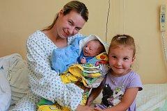 TOMÁŠ RAMBOUSEK se narodil ve středu 14. června v 10.47 hodin. Při narození vážil 3 200 gramů. Z malého Tomáška se těší doma ve Františkových Lázních sestřička Zuzanka spolu s maminkou Martinou a tatínkem Martinem.