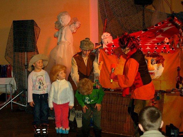 Vánoční besídku většinou připravují děti, aby potěšily své blízké. V Milíkově se letos poprvé nejmenší obyvatelé posadili do hlediště a nechali se bavit ostatními.