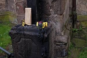 Vandal opět zapálil kříž na kostele.