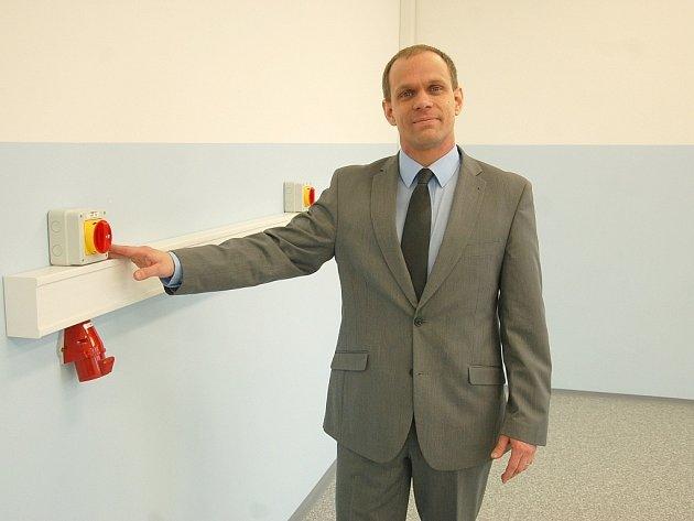 ŘEDITEL ŠKOLY Tomáš Mašek ukazuje v nové a moderní školní budově speciální elektrické přípojky.