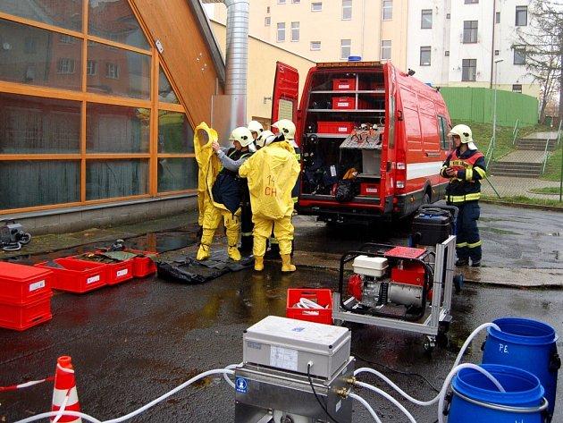 Cvičení složek Integrovaného záchranného systému při simulovaném úniku čpavku z chebského zimního stadionu