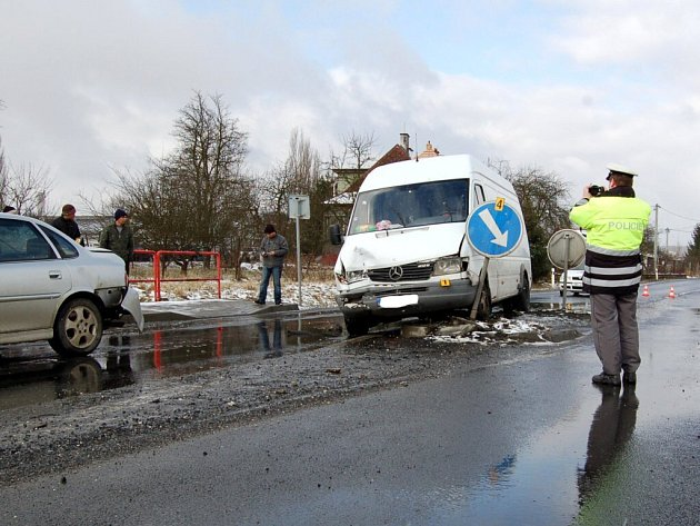 Srážka dvou osobních automobilů a dodávky na kruhové křižovatce v Chebu - Dolních Dvorech