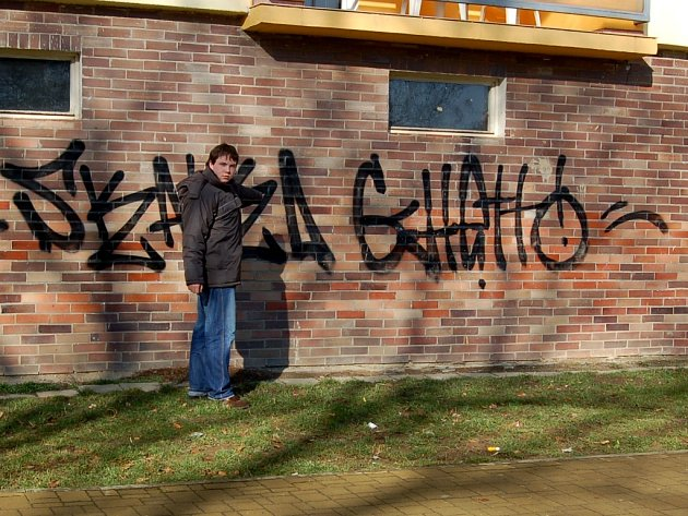 Fasádu domu v ulici Přátelství ničí údajně mládež
