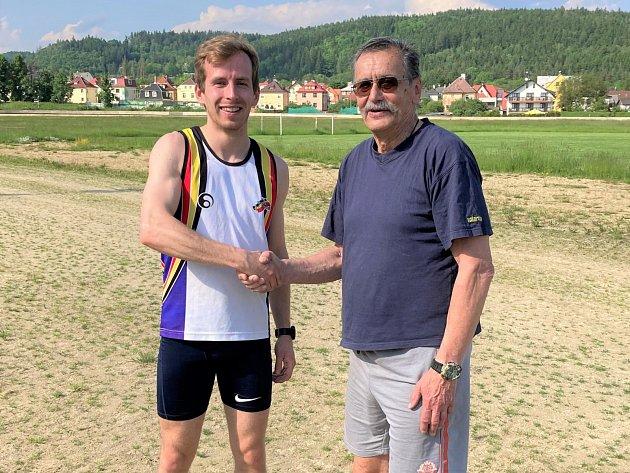 Zakladatel závodu Jan Fišák gratuluje Davidu Špindlerovi