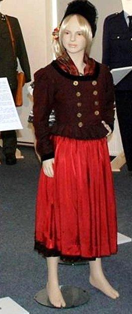 Ašský kroj, jak ho nosily ženy vminulosti, je kvidění vmuzeu.