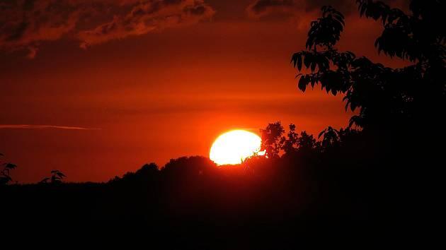 Síla slunečních paprsků je v těchto dnech velmi velká. Ózonová vrstva je tenčí, tím pádem je riziko spálenin horší.