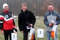 Tři nejlepší orientační běžci v kategorii H 45 A na závodech Prague Easter 2008. Zleva druhý Elo Jussi, vítězný Mika Lammi (oba Finsko) a bronzový Josef Milota z Mariánských Lázní.