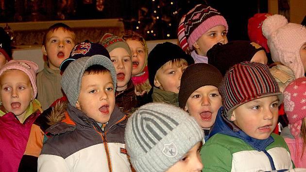 PŘED SLAVNOSTNÍM ROZSVÍCENÍM vánočního stromečku v Dolním Žandově zazpívaly a zarecitovaly v místním kostele Svatého Michala děti z mateřské školy.