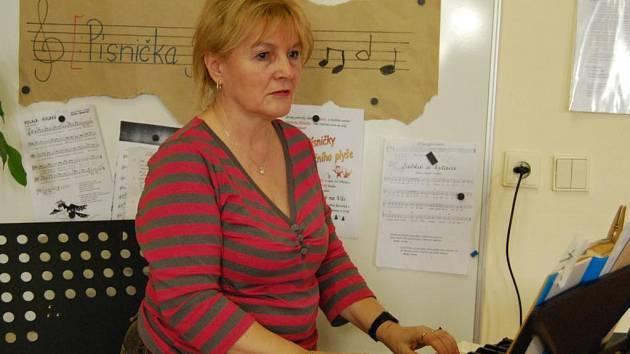 Eva Kučerová, učitelka Základní školy v Přešticích, miluje hudbu, a tak výuku neustále prokládá zpěvem. Ráda si s dětmi povídá a snaží se je připravit do života