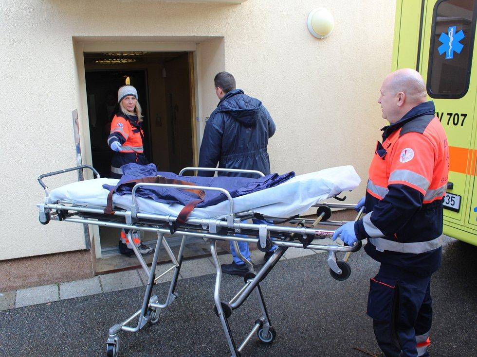 V pátek pokračovalo velké stěhování důchodců z Domova pro seniory v Dragounské ulici v Chebu. Celkem záchranáři spolu s hasiči převezli několik klientů do nového domova na sídlišti Skalka.