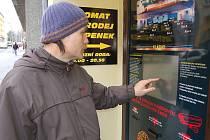 """TAKÉ MARTIN LEHOTSKÝ z Chebu si myslí, že je nový automat na vstupenky dobrý. """"V kině jsem dlouho nebyl, ale tyto nové služby jsou určitě změnou k lepšímu,"""" uvedl."""
