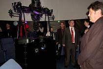 NÁVŠTĚVNÍCI NOVĚ OTEVŘENÉHO JAZYKOVÉHO A KOMUNIKAČNÍHO centra v Gymnáziu Cheb obdivovali zejména nově vybudované planetárium.