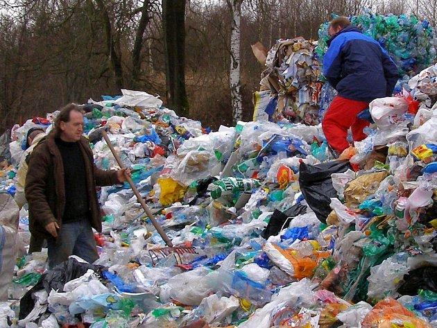 V HROMADÁCH  odpadu byly vítězné pet lahve.
