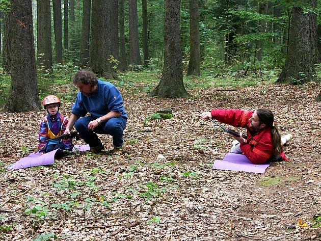ČMELÁCI. Jedna z disciplín, kterou plnily děti na Odpoledni v sedlech. akci pořádal chebský dům dětí Sova.