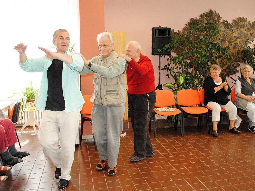 Tanec jako terapie. Takový přístup zkusili v Domově pro seniory na chebském sídlišti Skalka.