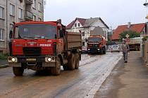 Nákladní automobily změnily chebskou Čapkovu ulici v území plné jemného bahna