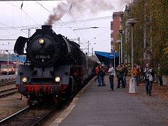 Parní lokomotiva se na chebském nádraží stala předmětem zájmu cestujících všech věkových kategorií